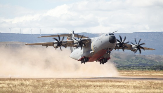 A400M MSN002未舗装滑走路の離着陸